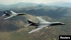 미 공군 전략폭격기 B-1B 2 대가 미국 와이오밍주 상공을 비행하고 있다. (자료사진)