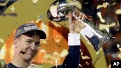 El mariscal de Denver, Peyton Manning, alza el Trofeo Vince Lombardi tras conquistar el Super Bowl 50 frente a los Panthers de Carolina.