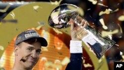 Peyton Manning và chiếc Cúp Vince Lombardi sau khi thắng trận Super Bowl 50.