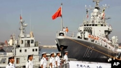 Thủy thủ Trung Quốc đứng trước một tàu khu trục của nước này.