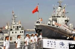 中國軍艦準備離開青島港口參加美中海上聯合演習(2013年8月20日)