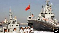 中国水兵和导弹驱逐舰青岛号(2013年8月20日)
