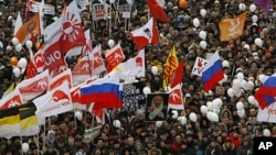 12月24号,莫斯科示威者举着反对派旗帜,抗议选举舞弊