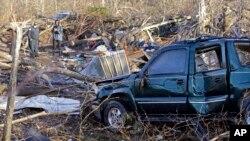 24일 토네이도가 강타한 미국 테네시주 린든에 부서진 자동차와 잔해들이 널려있다.