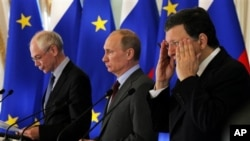 Predsednik Evropskog saveta Herman van Rompuj, predsednik Rusije Vladimir Putin i Predsednik Evropske komisije, Žoze Manuel Barozo na samitu u Sankt Peterburgu, 4. jun 2012.