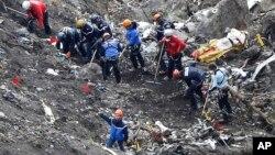 Les secouristes travaillent sur les débris de l'avion au lieu du crash d'un Airbus 320 de Germanwings mardi dernier près de Seyne-les-Alpes, France, le 26 mars 2015.
