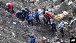 Tim SAR di lokasi kecelakaan dekat Seyne-les-Alpes, Perancis (26/3).