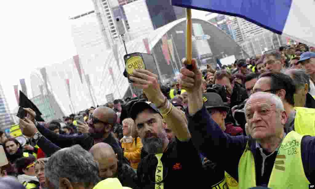 معترض فرانسوی که در جریان تظاهرات جلیقه زردها یک چشم خود را از دست داد، در راهپیمایی این هفته معترضان در پاریس شرکت کرد.