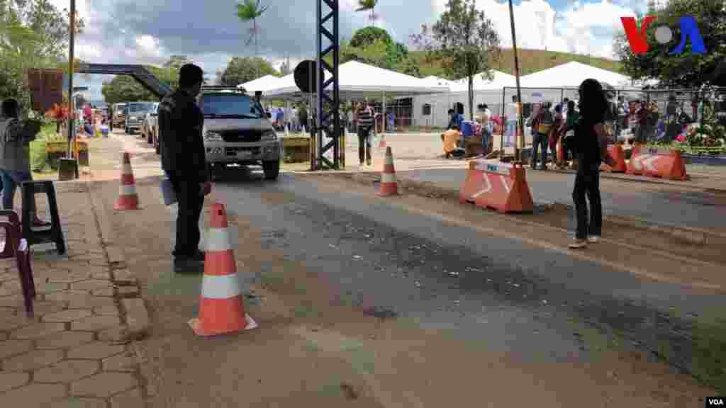 Carros cruzan el punto de control en la frontera entre Brasil y Venezuela por Pacaraima. Foto: Celia Mendoza - VOA