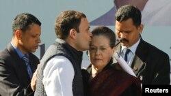 Rahul Gandhi, pnouvellement élu résident du principal parti de l'opposition, a embrassé le front de sa mère et leader du parti, Sonia Gandhi, après une prise de fonction lors d'une cérémonie au siège du parti à New Delhi, en Inde, le 16 décembre 2017.