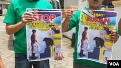 Masyarakat Anti Sirkus Hewan Indonesia, Kamis (14/2) unjuk rasa menuntut sirkus keliling Wersut Seguni Indonesia (WSI) di Cimahi ditutup karena memegang-megang alat kelamin beruang madu sebagai bagian dari pertunjukan. (VOA/Rio Tuasikal)