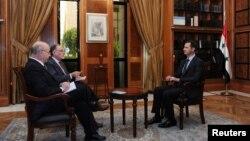 Presiden Suriah Bashar al-Assad (kanan) dalam wawancara dengan para jurnalis dari surat kabar Clarin, Argentina, di Damaskus. (SANA/Reuters)