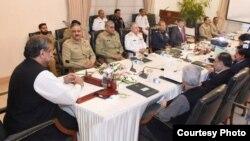 샤히드 카칸 아바시 파키스탄 총리(맨 왼쪽)가 국가안전보장위원회(NSC) 전체 회의를 주재하고 있다. (자료사진)