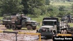 미-한 연합 을지프리덤가디언(UFG) 훈련 마지막날인 지난해 8월 경기도 파주시 접경지역에서 견인포와 군용차량이 대기하고 있다.