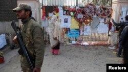 Ograda škole u Pešavaru koju su napali talibanski pobunjenici
