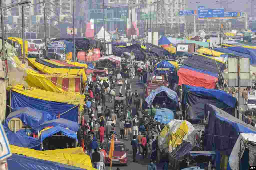 بھارت کی سپریم کورٹ نے منگل کو زرعی قوانین پر عمل درآمد روکنے کا حکم دیا ہے۔ تاہم کسانوں کا اصرار ہے کہ قوانین واپس لیے جانے تک وہ احتجاج جاری رکھیں گے۔