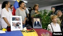 Para pelayat berdiri di samping peti jenazah politisi oposisi, Fernando Alban, dalam misa perkabungan di Caracas, Venezuela, 10 Oktober 2018.