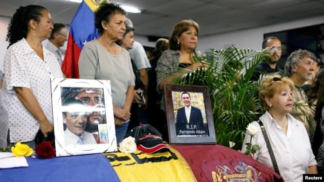 2018年10月10日,委内瑞拉加拉加斯,哀悼者站在反对派议员费尔南多·阿尔班的棺材旁边。