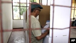 一位东帝汶选民3月17日在帝力投票