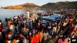 Warga antri untuk mendapatkan bantuan makanan pasca hantaman Badai Matthew di Anse D'Hainault, Haiti, 11 Oktober 2016 (Foto: dok).