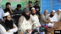 کشمیری عسکری گروپ حزب المجاہدین سید صلاح الدین مظفر آباد میں ایک پریس کا نفرنس میں نامہ نگاروں سے بات کررہے ہیں۔ یکم جولائی 2017