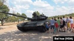 2014年俄羅斯舉辦軍事比賽時在莫斯科郊外展出的T-90A坦克。(美國之音白樺攝)