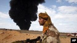 一名反卡扎菲武装人员手持火箭助推榴弹发射器