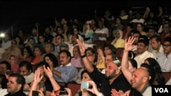 Penonton bersorak dalam konser Qawalli oleh Amjad Sabri di Annadale, Virgina tahun 2013. (Foto: VOA/Saqib Ul Islam).