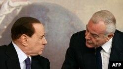 Thủ tướng Ý Silvio Berlusconi (trái) và Phó Thủ tướng Gianni Letta mở cuộc họp báo sau khi nội các chấp thuận áp dụng biện pháp khắc khổ