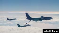 美国空军2020年1月10日在西太平洋上空练习空中加油(美国空军照片)