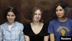Las tres miembros de la banda feminista punk Pussy Riot, esta mañana en los tribunales de Moscú.
