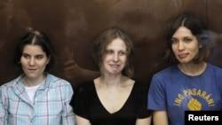 3 ca sĩ của ban Pussy Riot, từ phải: Nadezhda Tolokonnikova, Maria Alyokhina và Yekaterina Samutsevich ra tòa ở Moscow, 17/8/2012