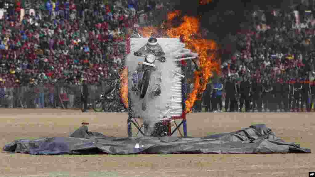 Polisi negara bagian Jammu dan Kashmir, India melakukan atraksi melompati lingkaran api dalam parade Hari Repulik di Jammu, India.