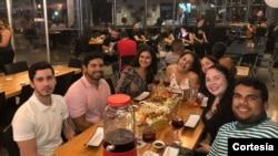 Hillary Sánchez, de 22 años (la cuarta, de izquierda a derecha), suele buscar en redes sociales ofertas para poder salir a comer y compartir con sus amigos a pesar de la crisis económica de su país. [Foto: Cortesía Hillary Sánchez]