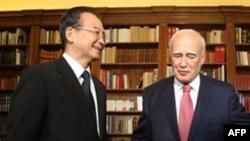 Thủ tướng Trung Quốc Ôn Gia Bảo (trái) và Tổng thống Hy Lạp Karolos Papoulias tại Athens, ngày 3/10/2010