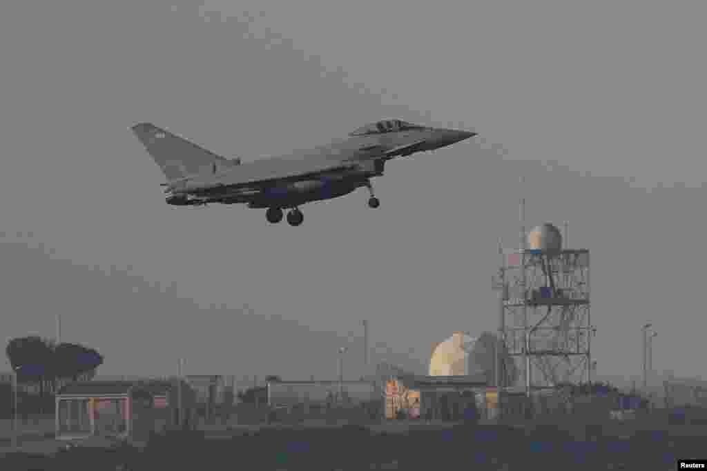 Un avión de combate se prepara para aterrizar en la RAF Akrotiri, una base militar que Gran Bretaña mantiene en Chipre, el 14 de abril de 2018.