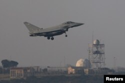 Borbeni avion se priprema da sleti na RAF Akrotiri, pistu britanske vojne baze na Kipru, 14. aprila 2018.