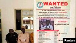 Poster yang mengumumkan hadiah bagi penangkapan pemimpin Boko Haram, Abubakar Shekau, di desa Baga, luar kota Maiduguri, Nigeria. (Foto: Dok)