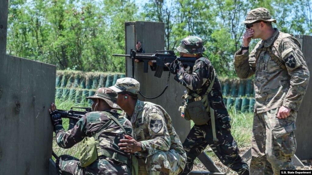 Binh sĩ Mỹ và Philippines torng cuộc tập trận chống khủng bố tại Fort Magsaysay, gần Manila, năm 217.