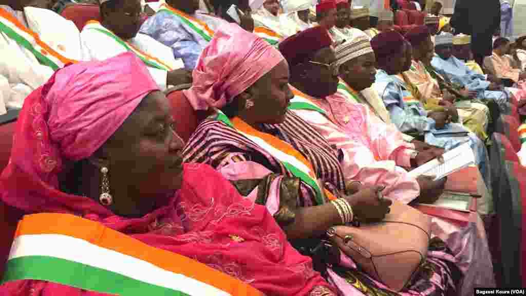Sur 171 députés, le nouveau parlement compte 25 femmes. Ici certaines d'entre elles attendant le début de la première séance de la nouvelle Assemblée Nationale, Palais des Congrès de Niamey, jeudi 24 mars 2016. Les élus de l'opposition ont boycotté la cérémonie. Photo voa Bagassi Koura.