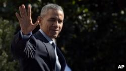 ພາບບັບທຶກ ປະທານາທິບໍດີ Barack Obama ໂບກມື ໃນຂະນະທີ່ຍ່າງໄປຂຶ້ນເຮືອບິນເຮລີຄອບເຕີ Marine One ທີ່ ທຳນຽບຂາວ.