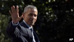 Obama akipunga mkono kuaga wkati akijiandaa kuondoka nje ya nchi.