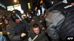 Cảnh sát bắt giữ 1 người biểu tình tại trung tâm thành phố Moscow, 7/12/2011