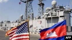 Chiến hạm USS Gary cập cảng Sihanoukville của Campuchia trong chuyến thăm lịch sử đất nước này, 9/2/2007