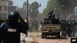 La police face aux manifestants, Ouagadougou, Burkina, 28 octobre 2014.