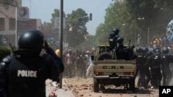 Scène de violence au Burkina FAso lors des manifestations qui ont conduit à la chute de l'ex-président Blaise Comparoé, le 31 octobre 2014.