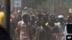 Des Burkinabè, lors des manifestations qui conduit à la chute de l'ex-président Blaise Compaoré, le 30 octobre 2014, à Ouagadougu, Burkina Faso.