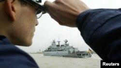 """資料照:一名德國海軍士兵眺望""""巴伐利亞""""號護衛艦(Frigate Bayern)抵達威廉港。"""