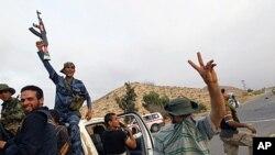Mayakan yan tawayen Libya suke murna bayan sun mamaye Zirtan.