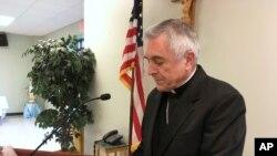 El reverendo Ronald Gainer, obispo católico de la diócesis de Harrisburg, Pennsylvania, analiza el abuso sexual infantil por parte del clero y una decisión de la diócesis de eliminar nombres de obispos que datan de la década de 1940 después de concluir que no respondieron adecuadamente a las acusaciones de abuso, durante una conferencia de prensa el miércoles, 1 de agosto de 2018, en Harrisburg, Pa.